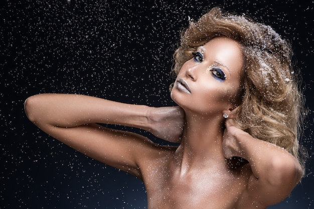 Donna con i capelli ricci e tema invernale