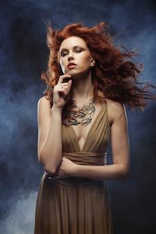 Donna con i capelli ricci rosso brillante