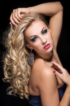 Donna con i capelli ricci