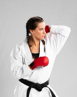 Donna con i guanti della scatola su fondo bianco