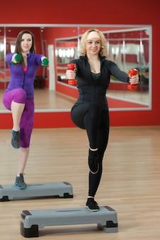 Donna con i pesi e una gamba