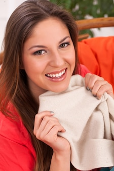 Donna con i sacchetti della spesa a casa