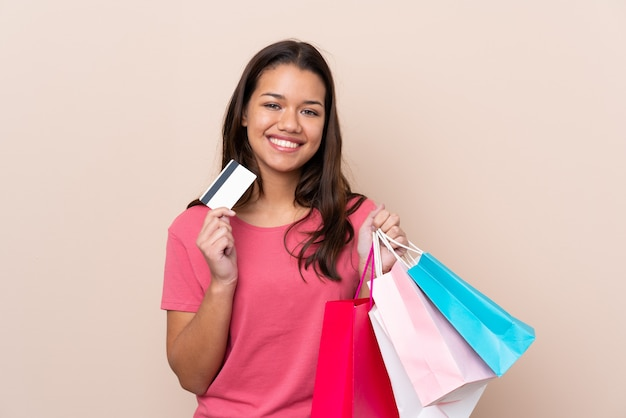 Donna con i sacchetti della spesa sopra la parete isolata