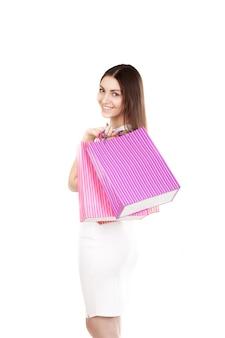 Donna con i sacchetti di acquisto di colore rosa