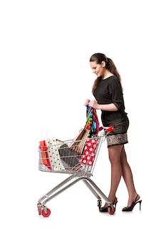 Donna con il carrello e borse isolati su bianco