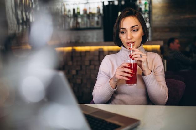 Donna con il computer in un caffè