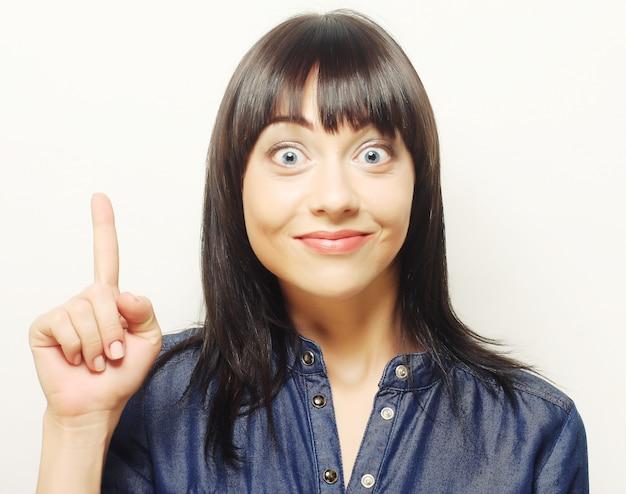 Donna con il dito alzato. buona idea!
