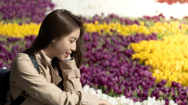 Donna con il giardino di tulipani multicolore