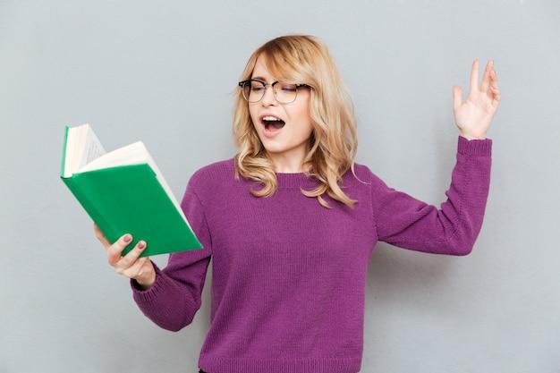 Donna con il libro di lettura di espressione