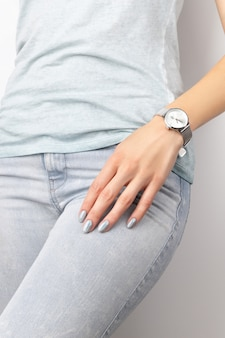 Donna con il manicure d'avanguardia olografico su bianco