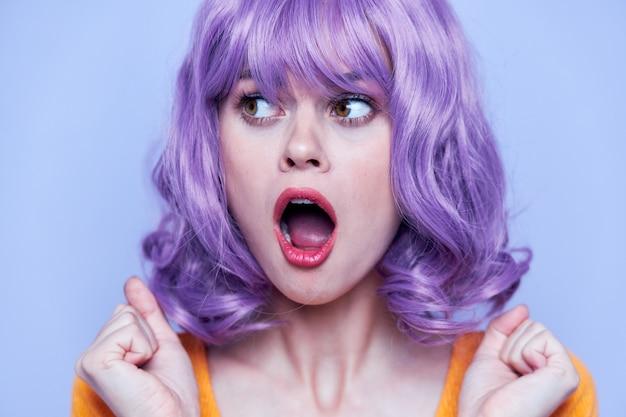 Donna con il primo piano bocca aperta capelli viola