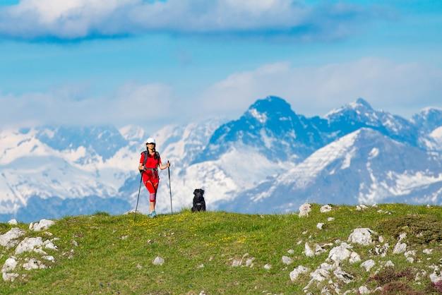 Donna con il suo amico cane in una montagna