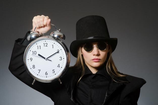 Donna con l'orologio nel mondo degli affari