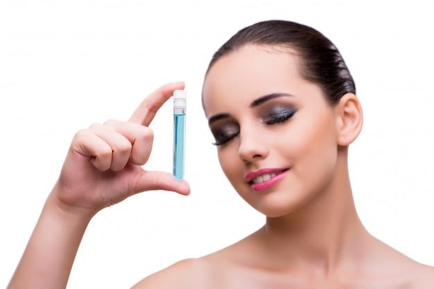 Donna con la bottiglia della soluzione curativa isolata su bianco