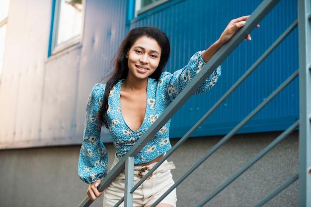 Donna con la camicetta floreale che tiene la sua mano su un lontano