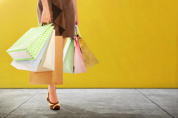 Donna con la condizione del sacchetto della spesa