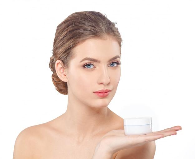 Donna con la cura della pelle del viso crema