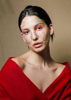 Donna con la faccia dipinta vista frontale