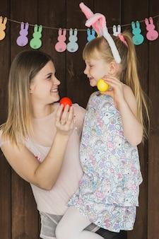 Donna con la figlia che gioca con le uova