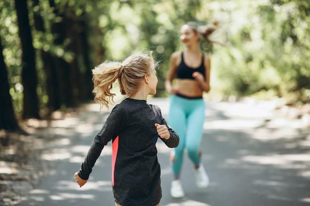 Donna con la figlia che pareggia nel parco