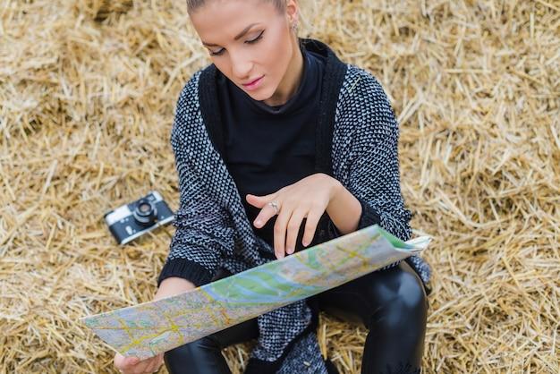 Donna con la mappa in fieno