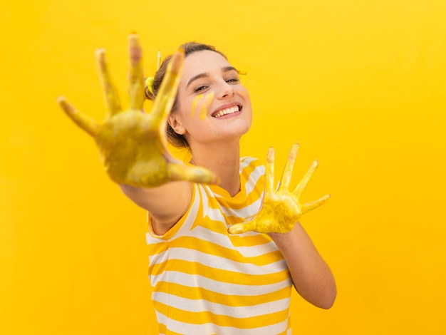 Donna con la posa dipinta delle mani