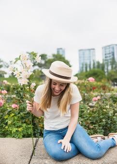 Donna con la risata del mazzo dei fiori