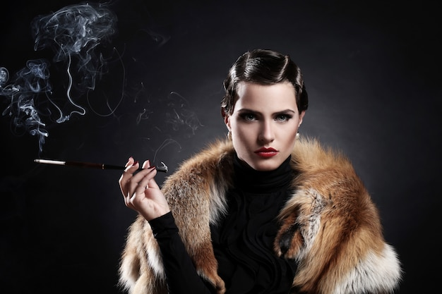 Donna con la sigaretta nell'immagine d'annata