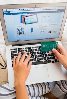 Donna con laptop e carta di credito
