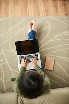 Donna con laptop