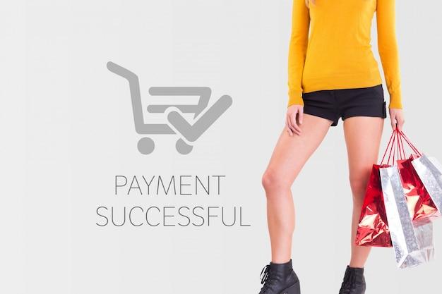 Donna con le borse della spesa e il pagamento di successo