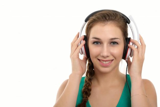 Donna con le cuffie che ascolta la musica - isolata