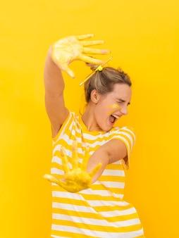 Donna con le mani dipinte che sono spaventate