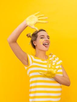 Donna con le mani dipinte divertendosi
