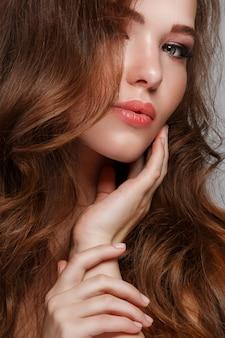 Donna con lunghi capelli lucidi