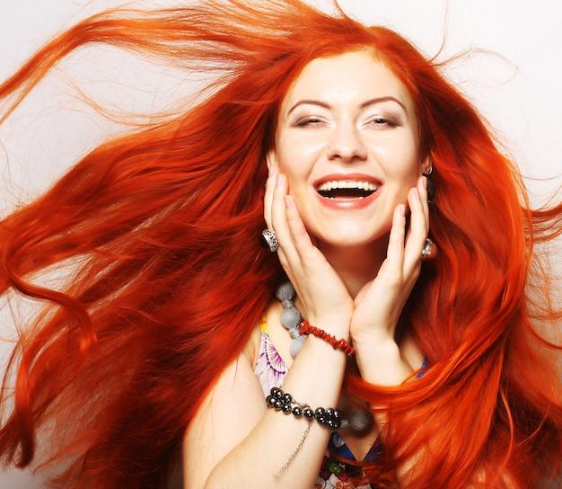 Donna con lunghi capelli rossi che scorre