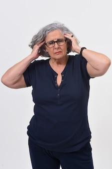 Donna con mal di testa su sfondo bianco