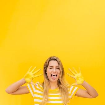 Donna con mani dipinte e copia-spazio