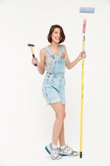 Donna con martello e pennello, rinnovando la casa