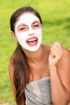 Donna con maschera termale sul viso