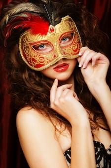 Donna con maschera veneziana in maschera di carnevale