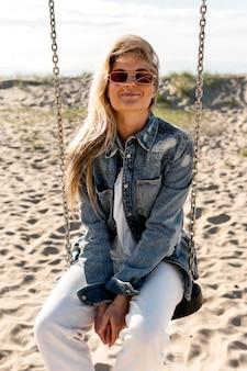 Donna con occhiali da sole in posa