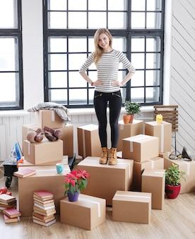 Donna con pacchi cargo pronti per la spedizione o lo spostamento
