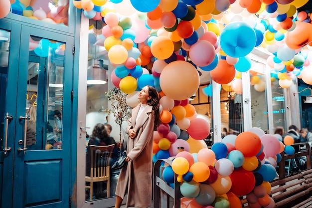 Donna con palloncini colorati