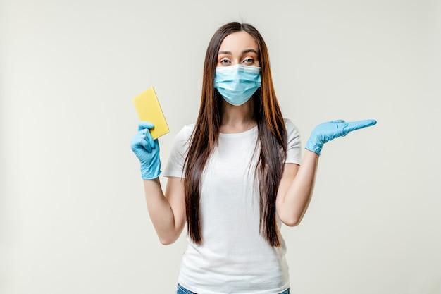 Donna con passaporto indossando maschera e guanti