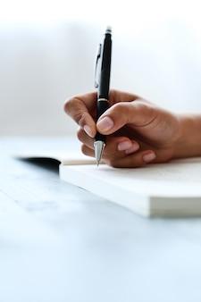 Donna con penna