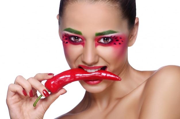 Donna con peperoncino rosso
