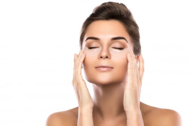 Donna con rilievi di collagene sotto gli occhi