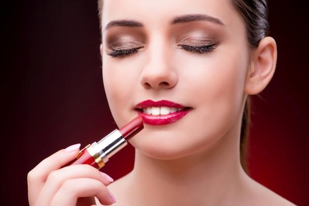 Donna con rossetto rosso nel concetto di bellezza