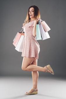 Donna con sacchi di carta
